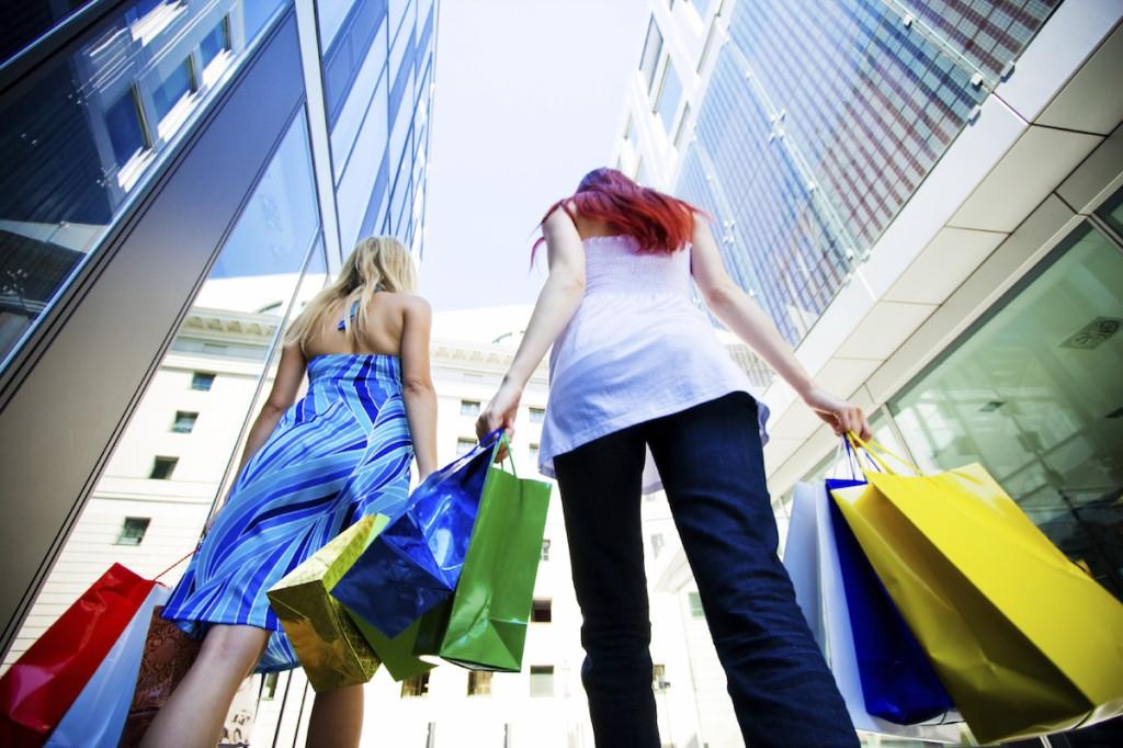 Shopping - Two women walking - web